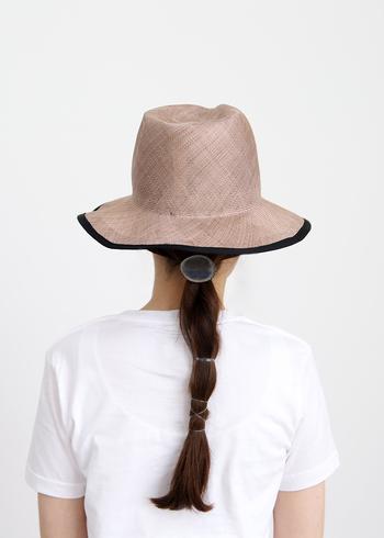 ゴムでタイトに髪の毛をまとめる簡単ヘアアレンジです。毛束をしっかりまとめて紫外線を受ける部分を減らしましょう。帽子と合わせることで、ロングの人ならではの良さが引き立ちますよ。