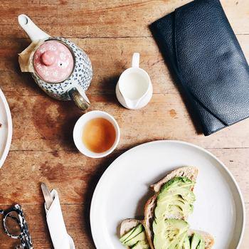 紅茶を出すティーポットは、デザインもさまざまでバリエーションも豊富。ガーリーなテイストで女の子気分を満喫するのも良いですし、スタイリッシュなデザインでおしゃれに過ごすこともできますよ。