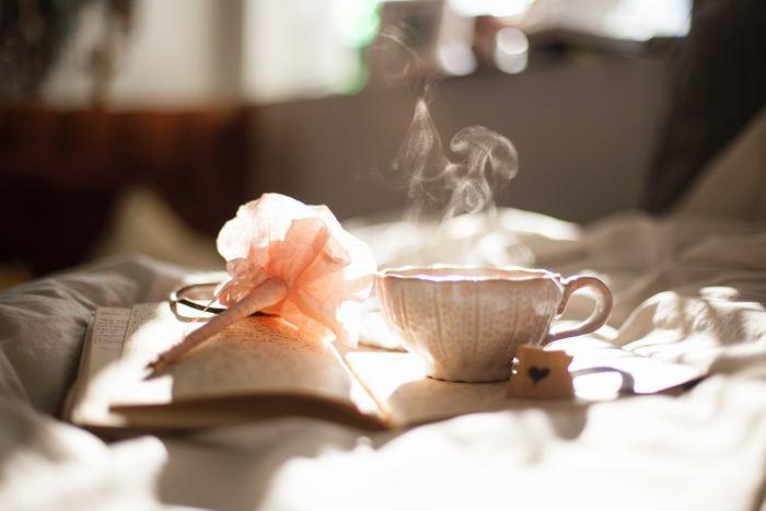 可愛いティーポットとケトルで淹れた紅茶は、口当たり優しいお気に入りのマグカップでいただきましょう。ソーサーもセットなら、クッキーやチョコレートをちょこんとのせても美味しく可愛くなりますよ。