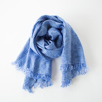 薄手のリネン生地を使用した、素朴な雰囲気が素敵なスカーフ。長さ170㎝と大判なので、冷房対策や日よけにしっかりと役立ちます。