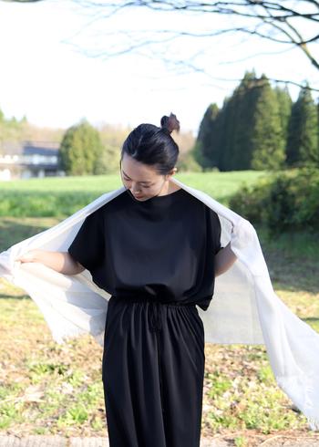 さらっと肩に羽織ったり、首に巻いたり。淡く優しい色合いでナチュラルなファッションにとても似合います。