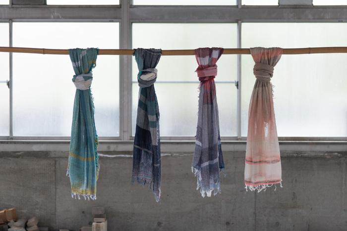 兵庫県西脇市、播州織の産地にショップとラボを構える「tamaki niime」。素材からこだわり、編みから縫製、染色も全て自社で一貫生産でものづくりをしています。ゆっくりと空気を含みながら丁寧に作られたショールは、少量生産、一点物。