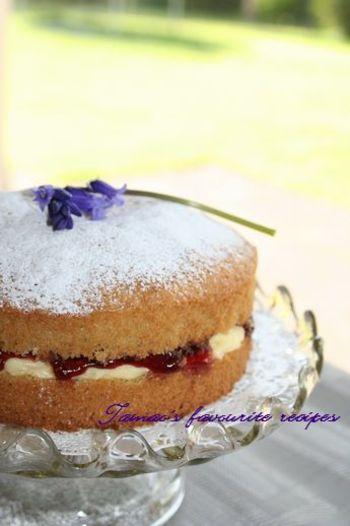 アフタヌーンティーの定番、ビクトリアサンドイッチケーキ。ビクトリア女王がアフタヌーンティーを好んでいたことから名付けられました。 日本のスポンジケーキとは違い、ずっしりしたスポンジに、ジャムを挟んだもの。一度はアフタヌーンティーのお供に作りたいですね。