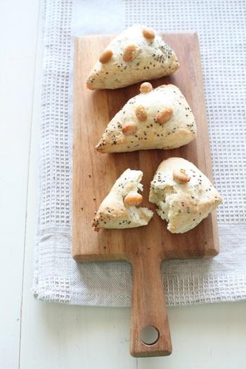 チアシードと大豆を生地に練り込んだスコーン。牛乳とバターの代わりに豆乳とココナッツオイルを使っています。栄養豊富なので、お子様のおやつにおすすめなレシピ。