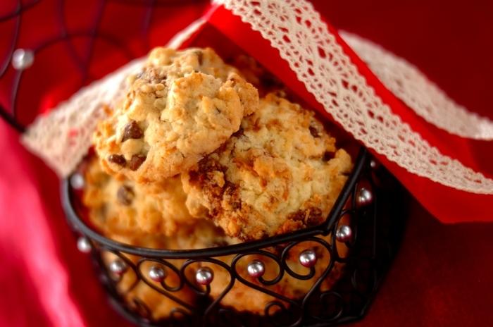 スプーンですくって落とすドロップクッキーは、型抜き要らずで手も汚れません。こちらのレシピは、チョコチップとローストしたココナッツファイバー入り。ざっくりとした食感は、紅茶との相性もいいですね。