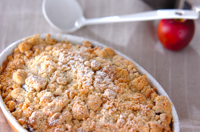 さっぱりとしたりんごと、サクサクのクッキー生地のクランブルがたまらない一品。アップルパイは作るのが面倒と思う人でも、アップルクランブルは簡単に作れるのでお試しあれ。