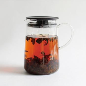 フタに茶こしがついていて、フタを外せばピッチャーにもなり食事時にも使えるティーポット。クリアなので中の様子が見えるのも使い勝手が良いですよね。