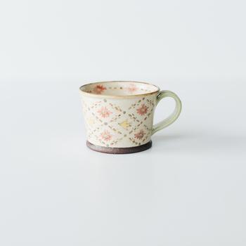 優しいタッチの模様とレトロな色合いが可愛い増山文さんのマグカップ。ひとつひとつが手作業で作られていて、世界にまたひとつとない自分だけのマグカップです。