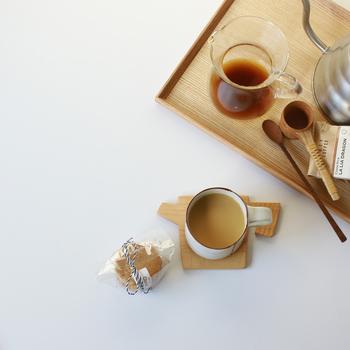 マグカップの下に置くだけで、ぱっと空間がナチュラルで可愛らしい印象になる木製のコースター。木製のトレイも良いですね。