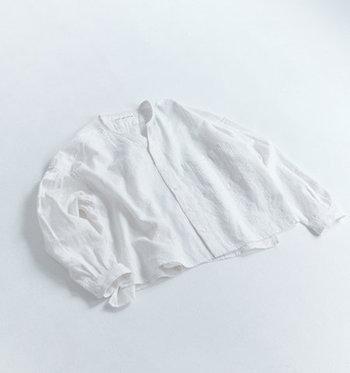 カーディガンだけでなく、前開きのシャツも冷房よけに活躍します。こちらは「GRANDMA MAMA DAUGHTER」のスキッパーショートシャツです。