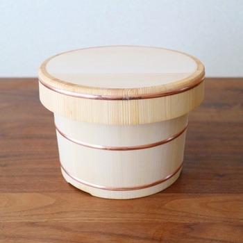 木曽椹(さわら)で作られたおひつです。  電気炊飯器は卒業し、圧力鍋で炊いたお米をこちらに保存しています。ご飯が冷めてもおいしいなんて!とびっくり、感激されたそう。   いつかは使ってみたい… と憧れている方、そのいつかは今かもしれません。お米の美味しさを実感できる名品です。