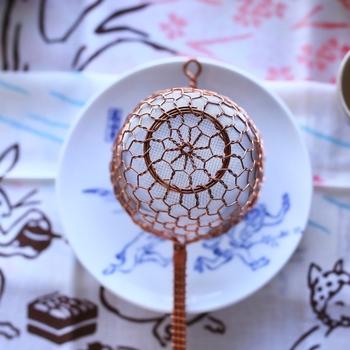 京都の辻和金網さんの茶こし。  正に一生ものの、銅製の茶こしは使い込むほどに色が変わってその家の一員になっていくんでしょうね。  手の込んだ名品は、使い勝手がいいだけでなく、心を豊かにしてくれます。