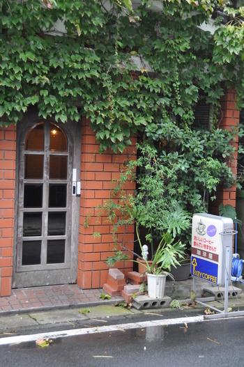 福江島の商店街から少し外れたところにある「こふひいや」。レンガの壁に蔦が生い茂り、昔ながらの喫茶店といった雰囲気を感じられます。