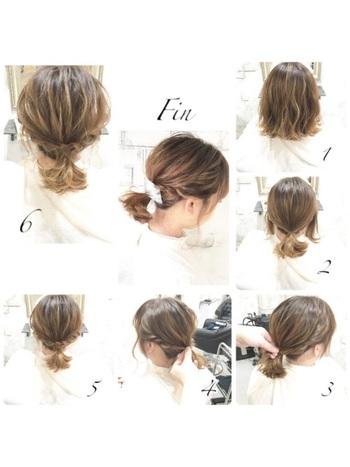 1.軽く全体を巻きます。 2.後ろを一つくくりにします。 3.左の髪をねじって、後ろでピンで固定します。 4.右側も3.と同じようにします。 5.写真の5の状態から全体をほぐして完成です。
