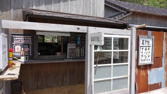 福江島の中でも有名な教会・堂崎天主堂の入口を出るとすぐそばにある「ベイビークー」は、目の前の海や教会を眺めながらコーヒーやアイスなどをいただける、おばあちゃんが営む小さなカフェスタンドです。