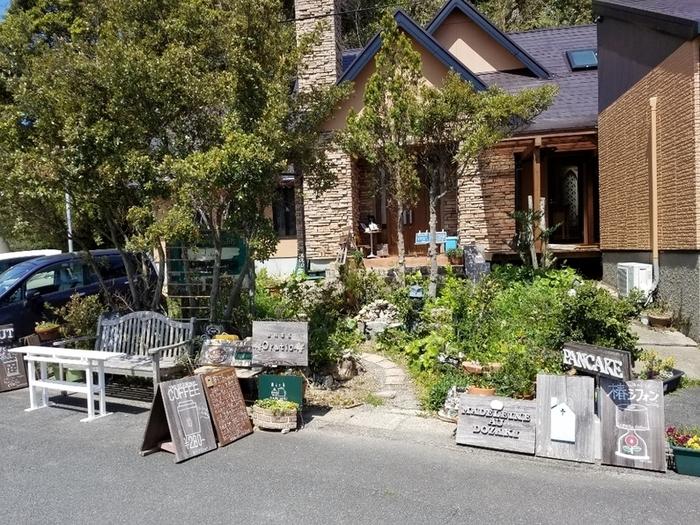 予約制のランチレストラン「パニス・アンジェリクス」に併設されている「巡礼茶屋oratio」は、堂崎天主堂近くの海沿いにあるおしゃれなカフェです。