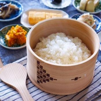 白米のおいしさをそのままに、常温でも一昼夜傷まず保存できるという天然秋田杉の曲げわっぱ。  お米がおいしくいただけることは、なによりの幸せ。  ずっと家族を見守る存在となるはず。