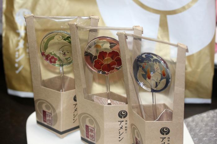 海外の方への手土産に、和風のものを贈りたいなと思ったことはありませんか。和菓子といってもあんこに抵抗がある方がいらっしゃる可能性も…。そこでおすすめしたいのが、日本らしい華やかさを堪能しながら、口にもしやすい飴細工のお菓子。ご紹介する「浅草 飴細工アメシン」は、伝統的な技術を受け継ぐ老舗の飴細工専門店。その技術の素晴らしさや細工の精巧さでテレビでも話題です。画像は東京ソラマチ店で扱う、江戸の生活必需品であったうちわをモチーフにした「うちわ飴」。