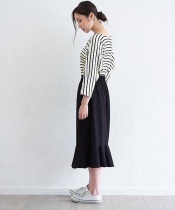 シンプルで着まわし力も高い、ペプラムのタイトスカート。裾ペプラムがより華やかな雰囲気に仕上げてくれます。