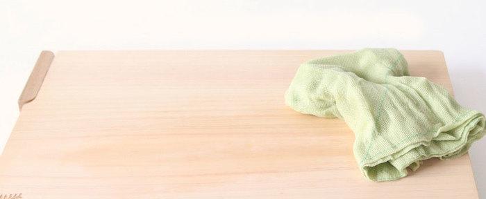 使う前にサッと水に潜らせ、付近で拭いてから使うのが正しい使い方です。サッと濡らすことにより、臭いや色汚れをつきにくくします。