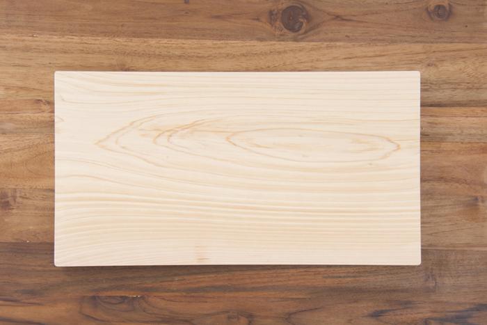 四万十ひのきで作られた一枚板のまな板です。少し大きめのサイズがゆとりがあって使いやすい。ヒノキの香りと抗菌作用も魅力です。