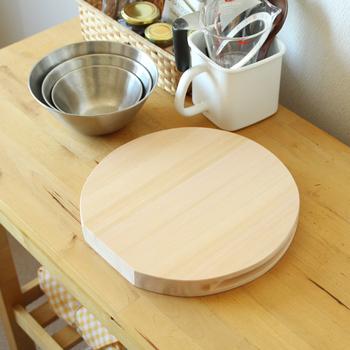 木曽ヒノキでつくられたまな板は、まあるい形が可愛らしい。立てることもできるし、サイドの溝で持ち上げるのもストレスなく出来ます。小さめだから、少人数の調理によさそう。