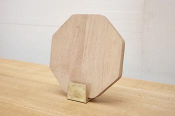 真鍮製のまな板立ては適度な重みが頼もしい。経年変化による味わいも楽しみなアイテムです。