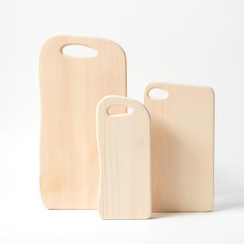 柔らかな質感が魅力のイチョウの一枚板のまな板です。刃の跡が付きにくく、軽くて乾きやすいのも特徴。持ちやすそうな取っ手と緩やかなラインが優し気です。