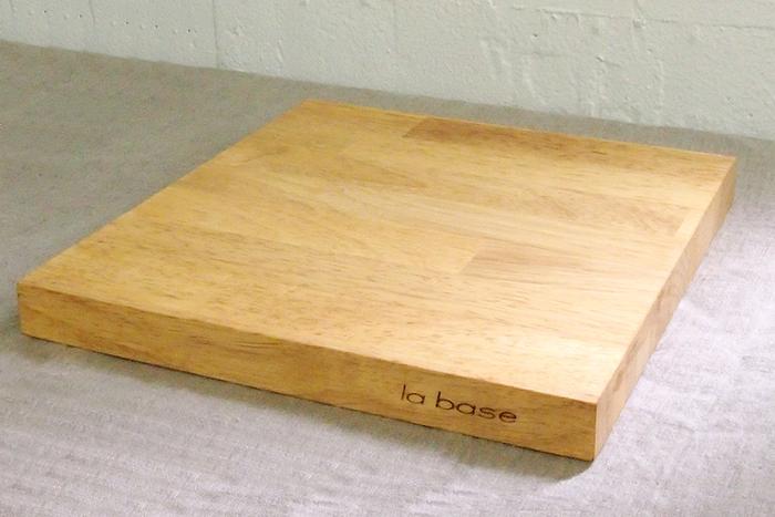 ゴムの木で作られたまな板は、適度な弾力で刃当たりが心地よいのが魅力です。あたたかみのある木目で、そのままテーブルに出しても使えそうな雰囲気。