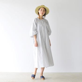 こちらのストライプ柄のロング丈ワンピースは、一枚で着てもサマになるふわっと感が女性らしい一枚。ブルーのサンダルとハットを合わせた夏コーデは、涼しげでとってもナチュラルです。