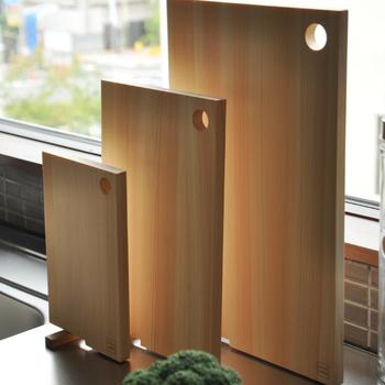 手頃な厚みと毎日の使いやすさを考えられたまな板です。まな板の隅がくるりと回転し、スタンドなしで自立することができます。