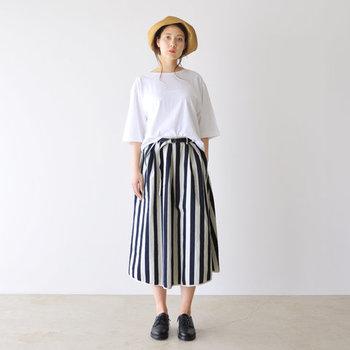 白とネイビーのストライプ柄スカートは、デニム生地でカジュアルな印象。シンプルな白トップスをタックインして、ウエストの細ベルトをしっかり見せる着こなしが今っぽいですね♪