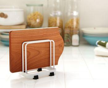 シンプルでインテリアのテイストを選ばないまな板スタンドです。二枚置けるので、野菜用と魚用など複数使いも快適に。