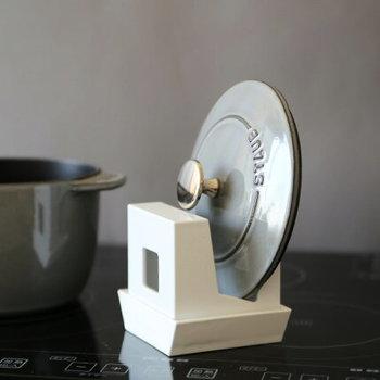 鍋蓋など色々なものを立てられるマルチスタンドですが、まな板を立てても良さそうです。上下をひっくり返しても使えます。
