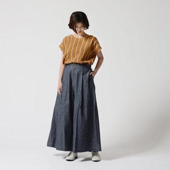 スカートのようにも見えるワイドパンツは、ストライプ柄のトップスをタックインして上品に。デニム素材のボトムスは何を合わせても馴染むので、大人っぽブラウスなどでキレイめにまとめても素敵です。