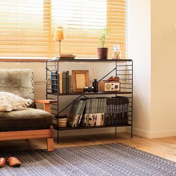 """たとえば使用頻度の高い物をしまう時や、おしゃれな雑貨を""""見せる収納""""にしたい時にはオープンラックがおすすめです。逆に細々した物や出番の少ないものを、見た目もすっきりと収納したい時には扉付きの収納家具が便利ですよ◎。それぞれの家具の特徴を理解して選ぶと、より理想的な収納スペースをつくりやすくなります。"""