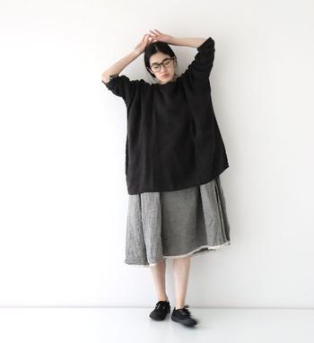 リネンガーゼ素材で、ゆったり爽やかに着こなせる黒のプルオーバー。グレーのスカートを合わせたシックなカラーリングで、大人っぽくまとめています。ゆるアイテム同士の組み合わせは、手首と足首をしっかり見せて着膨れを防ぐのがポイント。