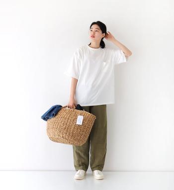 オーバーシルエットの白Tシャツに、カーキのワイドパンツを合わせたコーディネートです。ちょっぴりメンズライクなカラーリングで、シンプルアイテムをこなれ感たっぷりに着こなしています。