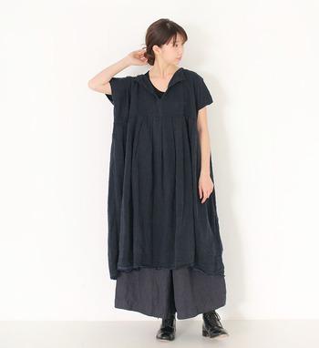 ゆったりとしたネイビーのワンピースは、黒系のワイドパンツをレイヤードして切替ワンピースのような着こなしに。同系色を合わせるだけでおしゃれにキマるので、シックなナチュラルコーデが楽しめます。