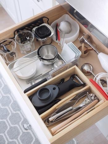 料理をスムーズに行うためにも、調理器具は定位置を決めておくのがマスト!よく使うものは取り出しやすい位置に、あまり使わないものは奥に配置すると使い勝手が良くなります。引き出し内なら動かないよう仕切りを作るのもポイントです。