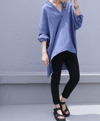 ワイドシルエットのブルーのシャツは、黒のタイトなパンツに合わせてバランス感を重視したコーディネートに。黒のサンダルで涼し気な足元を演出して、長袖はゆるっとロールアップでラフさを演出しています。