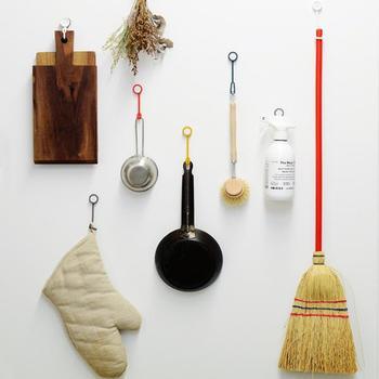 壁や冷蔵庫の側面も有効活用できるのが吊るす収納の魅力。狭いキッチンや賃貸でも取り入れやすいのが嬉しいですね。こちらの画像のようなマグネット付きスリングを活用しても◎