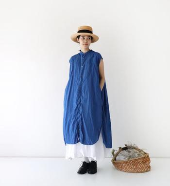 ノースリーブのロングシャツワンピースは、濃いブルーでクールな印象に。白のスカートをレイヤードして、裾からちらりと覗かせているのが爽やかなアクセントになっていますね。黒シューズで、キュッと足元を引き締めているのもポイント♪