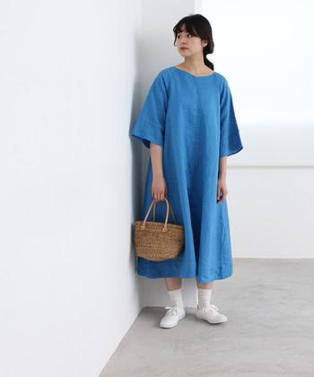 リネン素材のブルーワンピースは、一枚でサラリと着こなしたいナチュラルさが魅力です。白の靴下に白シューズを合わせて、ラフな大人ガーリーコーデに。