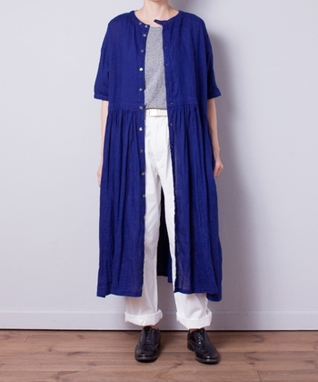 ネイビーの前開きワンピースを、白のワイドパンツとグレーのトップスに合わせたコーディネートです。一枚で着ても上品ですが、羽織として使えばこなれ感たっぷりなアクセントアイテムに。パンツの裾をロールアップすると、夏らしさが高まりますね。