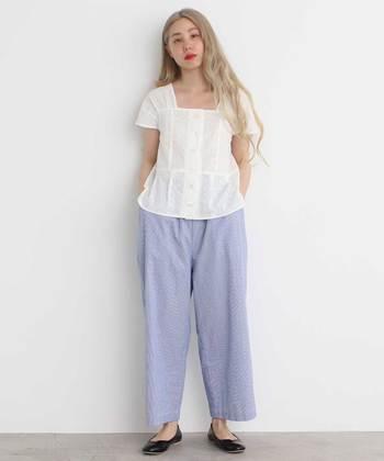 ラフに履けるブルーのワイドパンツは、さりげないギンガムチェック柄がアクセント。白のレーストップスを合わせて、リラックス感溢れるフェミニンコーデの完成です。