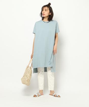 ライトブルーのロング丈Tシャツに、白のタイトなパンツを合わせた着こなしです。サンダルとカゴバッグで夏らしさを演出した、爽やかなコーディネート。このまま海に行けちゃいそうなスタイリングですね♪