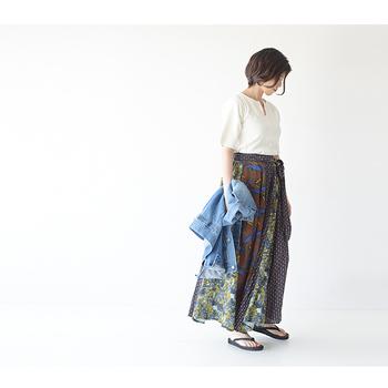 クレイジーパターンのロングスカートは、控えめカラーなら大人のエスニックコーデにもぴったり。シンプルな白トップスを合わせて、落ち着いた印象のエキゾチックスタイルが簡単に完成します。
