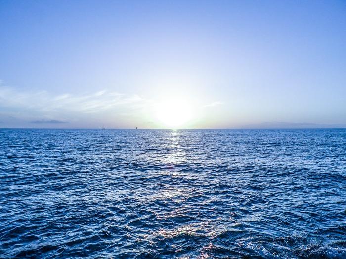 空や海を連想させる「ブルー」は、太陽の下で鮮やかさを増す、夏のイチ押しカラー。今年の夏は、爽やかな「ブルーコーデ」を楽しんでみませんか。