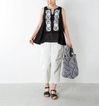 黒のノースリーブブラウスは、白い糸で施された刺繍が印象的。白の七分丈ワイドパンツを合わせれば、統一感のある爽やかコーデに仕上がります。カーディガンなどを羽織っても、ナチュラルなエスニックコーデに。